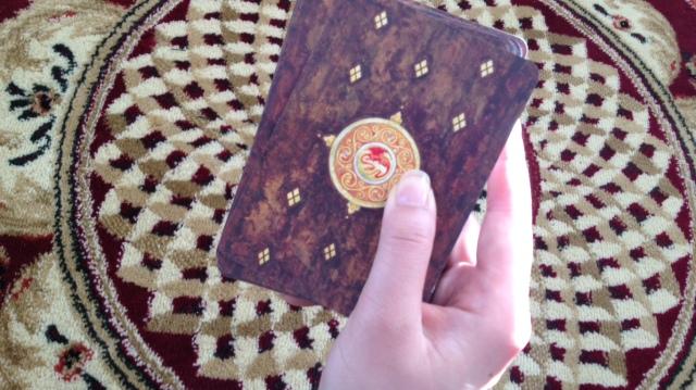 LlewellynTarot_CardBack-DeckHand